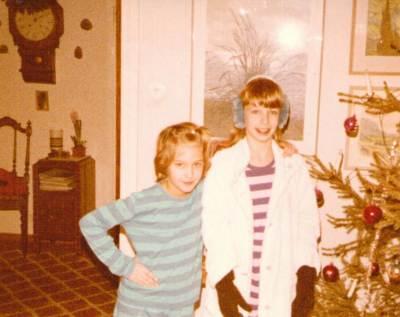 This is it! Jul hos mormor & morfar. I likadana pyjamasar. Kan dock omöjligt vara julen 1980 som det står på kortet, då vi var där 1981. Hur som, jag var 9, syster 11. :) Kärlek alltså. Lisa, du är rustad, med handskar, öronmuffar OCH mormors (?) morgonrock?! HAHA! ÄLSKAR denna bild! SÅ vi! Vi spexade så gärna på bilder! :D