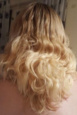 Eller när man haft tofs en hel dag med nytvättat hår. (Nej det är inte flottigt. Det är en jävla hårolja, som såklart bara visar sig där det inte borde.)