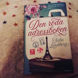 Åååh! Denna bok alltså! Såå kär i den! Suger lite på den, då jag inte vill att den ska ta slut. Älskade den redan när jag såg omslaget. <3